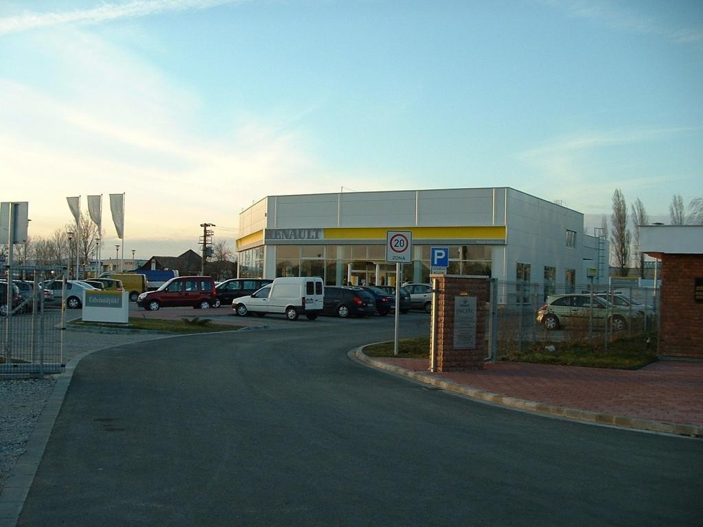 Iniciál Autóház Kft. Renault szalon nyitás